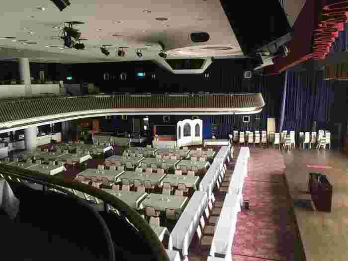 正面に大きなステージ、上部に2階席まである会場は、まさにシアターそのもの!かつては実際にショーが行われていた場所で、バイキング会場となった今もその華やかさがはっきりと感じられます。