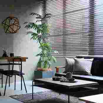 濃色を基調としたモダンなお部屋には、スタイリッシュなウインドウトリートメントがおすすめ。家具の色味に合わせたウッドブラインドや、アーバンな雰囲気ただようバーチカルブラインドも似合うでしょう。カーテンなら幾何学模様がモダンなお部屋にマッチします。