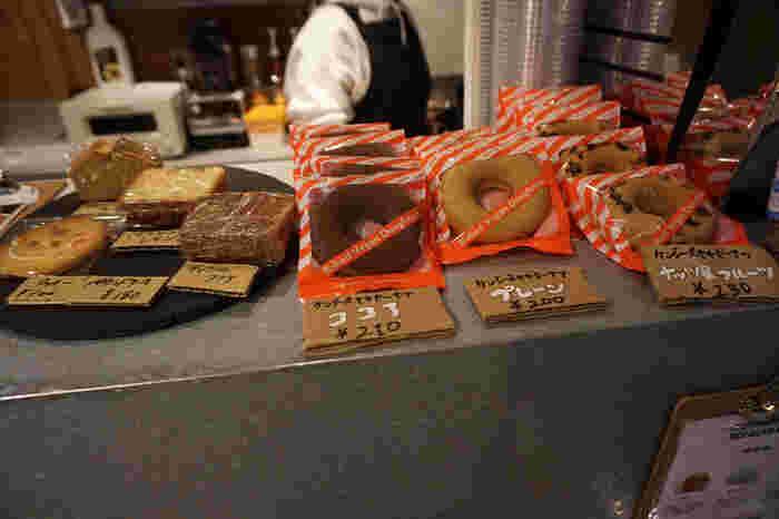 コーヒーと一緒に食べたい焼き菓子も、ドーナツやクッキー、パウンドケーキなどいろいろあります。