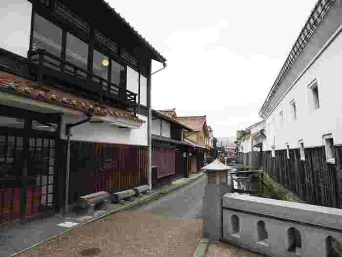 鳥取中部、倉吉市にある、白壁土蔵群(しらかべどぞうぐん)は、大人向けの穴場。  江戸時代、明治期の面影を残す白壁土蔵群が、玉川沿いに立ち並んでいます。白壁は漆喰によるもので、風情のある町並みが、心を癒してくれますよ。  そして、実はこちらも開運スポット。白壁土蔵群には木彫りの福の神たちが、あちこちに40体もあるそう。なかには、2003年に火災が起きたとき、酒造を守った福禄寿など、すごい逸話を持つ神さまも!福の神との出会いを楽しみに、足を運んでみませんか。