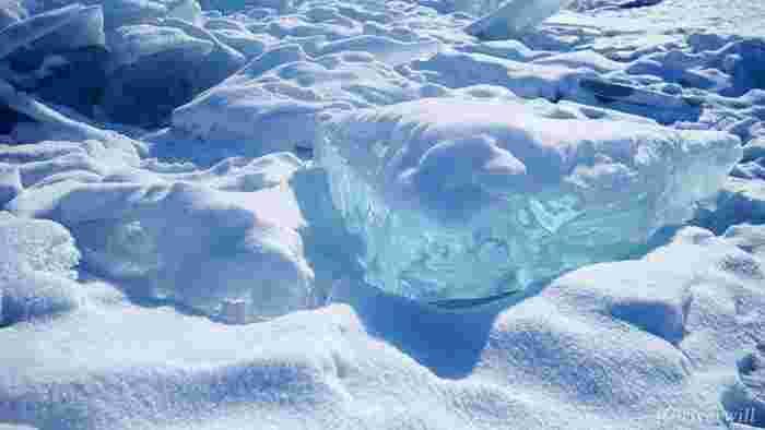 バイカル湖は、世界一透明度が高いと言われています。氷になってもこんなにも透明!この美しさは、世界でもここでしか見ることのできない絶景です。