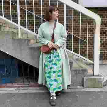 インパクトのある柄のロングスカートは、それだけで主役級! 同系色の無地のロングワンピ―スを重ね着することで大柄でも主張しすぎず、バランスよくまとまって優しい印象に♪