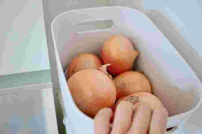 キッチンでの根菜類の収納に。汚れたら洗える気軽さが魅力ですね。持ち手用の穴があいているので、重いものを入れても運びやすい。
