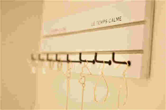 セリアのフックを使って壁掛け収納ボードを作るアイデア。ロングネックレスも気軽に収納できますね。セリア以外の100均からもおしゃれなフックはたくさん出ています!お部屋の雰囲気に合うものが見つかれば、ぜひ試してみてください。
