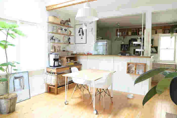 ダイニングテーブルを置くメリットは、食事をゆったりと座ってとれる場所ができること。キッチンの近くに設置すれば、できた料理をさっと運びやすく立ったりしゃがんだりの動作も不要です。