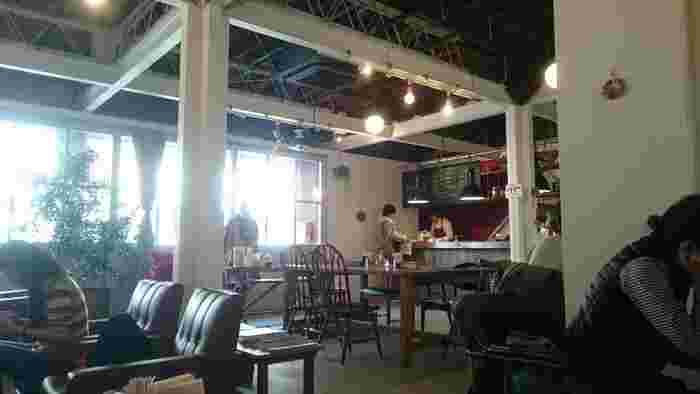 fukadasoは、アパートからカフェ・手芸雑貨店・サロンなどが入る複合施設になりました。1Fには素敵なカフェが入っています。アットホームで温もりのある空間ですね。お茶をしたり、美味しいスイーツを食べたり、ゆっくりと自分の時間を過ごせます。