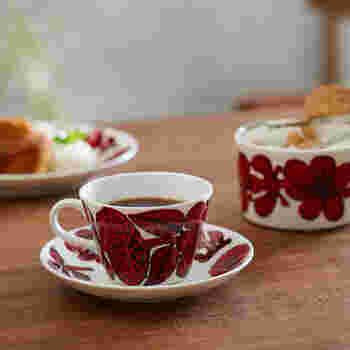 ビビッドな色使いと力強いタッチで描かれたレトロな花柄のコーヒーカップ&ソーサー。クラシカルな存在感で、使わないときは棚の上に見せて飾っておきたくなります。