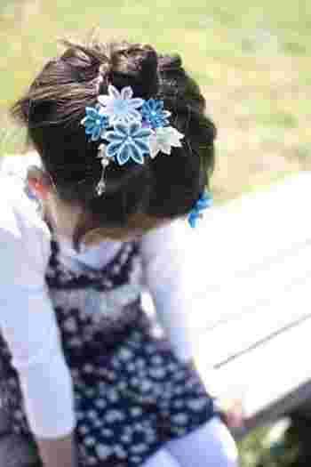 白と水色の髪飾り。可憐でさわやか、小さな女の子にもお似合いです。お母さんとお揃い、というのもいいですね。