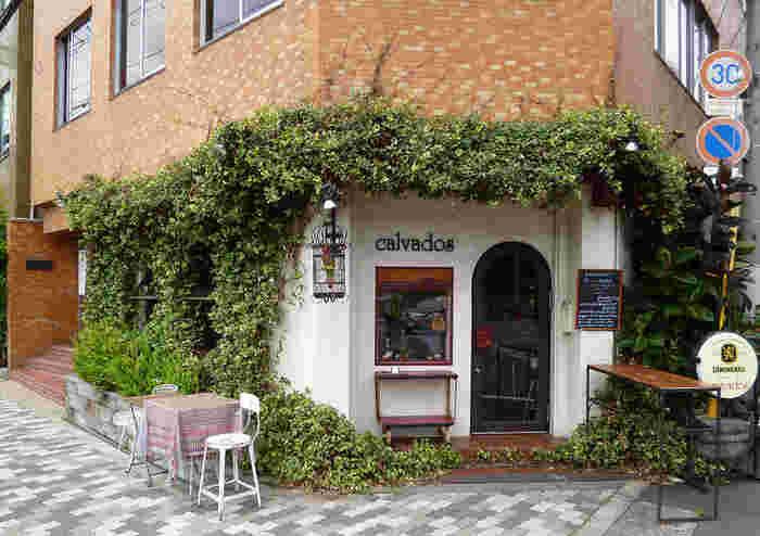 たまたま道を歩いていて、偶然こんなお店を見つけたら、それだけで幸せな気分になりそうな、そんな外装のお店<カルヴァドス>。『隠れ家』という名前もピッタリです。
