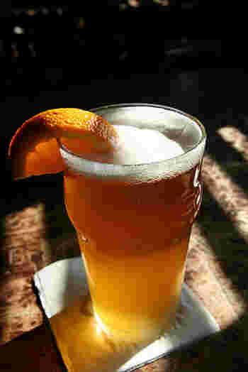 ビールをジンジャエールで割って、ほんのり甘い定番カクテル「シャンディガフ」。 スパイス入りのシロップを使えは華やかな味わいに。やさしい口当たりで、お酒が強くない方にもおすすめです。