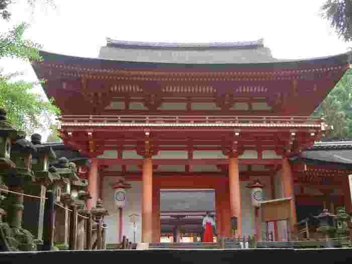 春日大社の御本殿は、回廊に囲まれています。ひときわ目立つ南門は、国宝に指定されている御本殿への誘導口です。