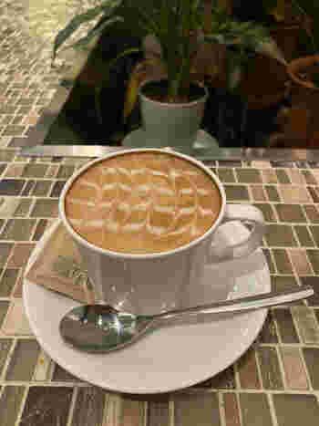 食後のコーヒーにもこだわっており、世界各国から厳選して取り寄せた豆は、焙煎したてで芳醇な香りを楽しめます。添加物やトランス脂肪酸に配慮したオリジナルブレンドのフレッシュミルクが用意されていているのも高ポイント。ランチタイムが16時までなので、遅めのランチやお仕事の合間にもおすすめです。