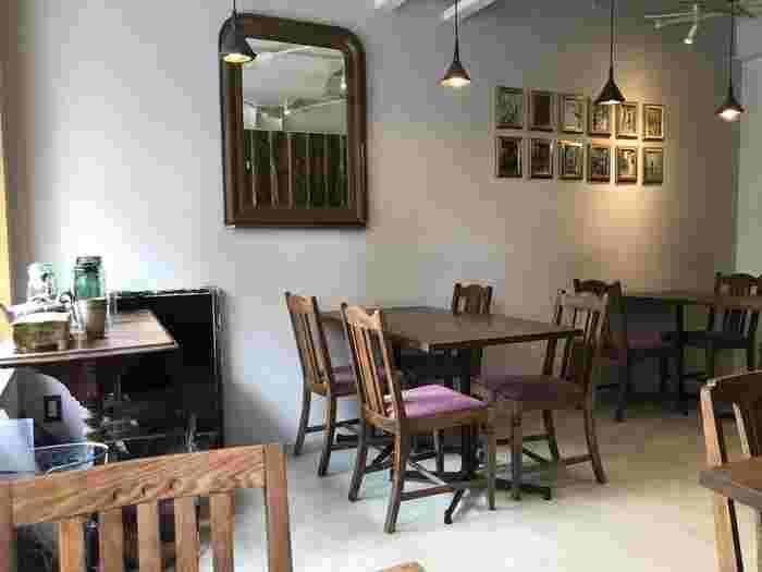 本場イギリスのティーハウスのような雰囲気の店内。アンティークの家具やシックな照明が落ち着いた雰囲気でゆったりできそうです。