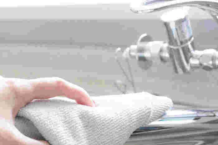 洗剤を流したら、あとは拭き掃除。汚れの少ないキッチンカウンターなどから始めて、最後に水栓やシンクの水気を拭き取ります。毎日の習慣にすれば、ピカピカのシンクをキープできますよ!
