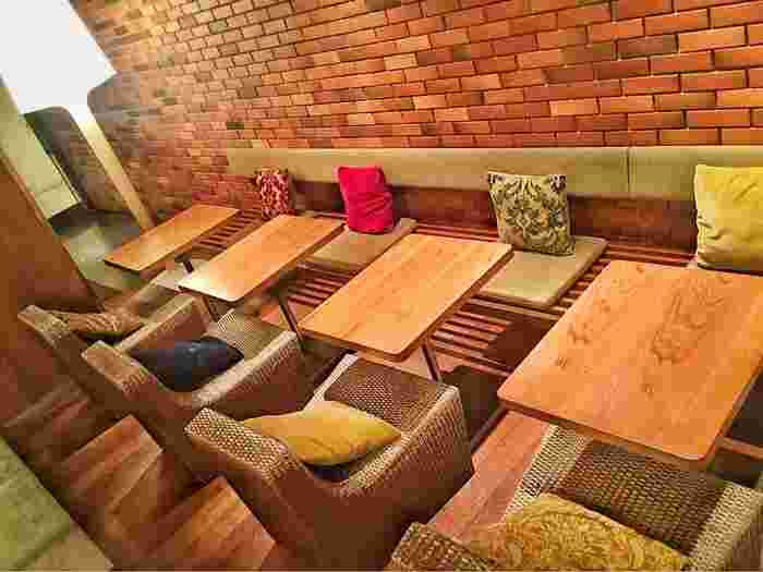 なんばマルイ内の和カフェ。チェアー席からソファ席、靴を脱ぐベッドのような小上がり席まであり、グループはもちろん、一人でランチやお茶もゆっくり楽しめます♪