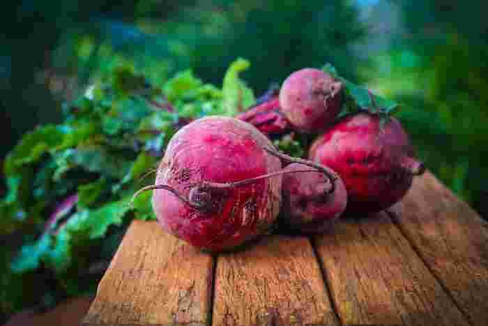 ビーツは主に根を食べる野菜ですが、葉っぱを捨ててしまうのはもったいない!根と同じように栄養があります。ビーツの葉は、若いものであればベビーリーフとしても食べられます。ただ、大きくなりすぎたものは、渋みが強いのでおすすめしません。