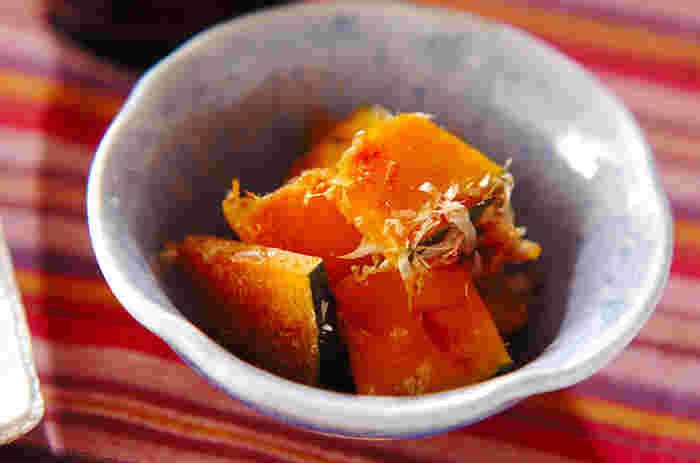 5mm幅に切ったかぼちゃを耐熱皿に並べ、調味料を入れてレンジで加熱するだけ。約10分ほどで完成します。レンジ調理でもしっとりとした煮物のような味と食感になりますよ。