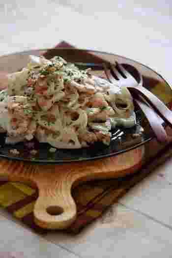 調理時間:10分 レンコンに玉ねぎとハムを加えて、粒マスタード・オリーブオイル・酢で味付けしたさっぱり風味のサラダです。お野菜を調味料と和えて少し時間を置くと、味がしっかり馴染んでより美味しくいただけますよ。