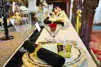 センターやナプキンをブラックにしてアクセントをつけたデコレーション。  ゴールドラインのワイングラスやお皿がお洒落な大人のクリスマスを演出してくれますね。 グラスに飾られたさりげないバラもさし色になっています。