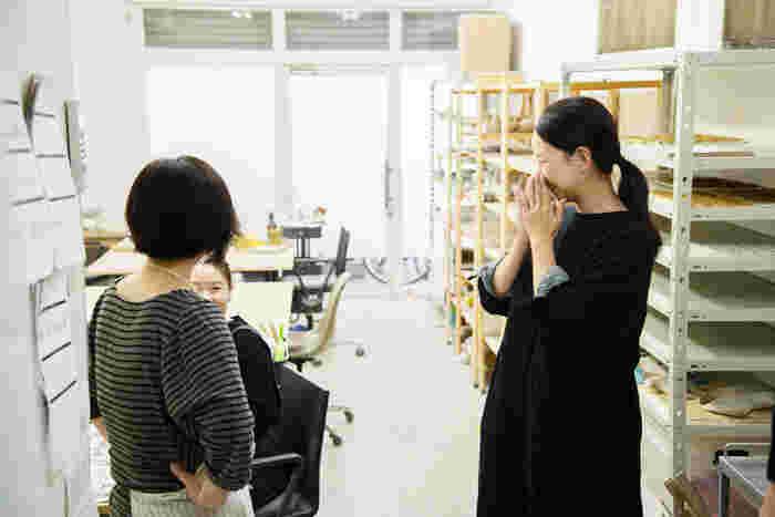 制作担当のスタッフさんと会話中。普段の工房の雰囲気が垣間見ることができる風景