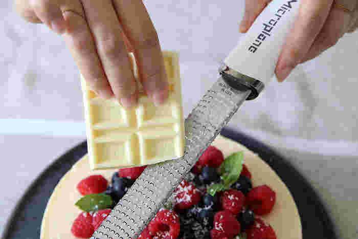 チョコレートだってふんわりとスムーズにすりおろせるので、お菓子作りにもぴったり!スタイリッシュな見た目もかっこよく、使い心地も最高なグレーターは、きっちんに1本欲しいアイテムです。