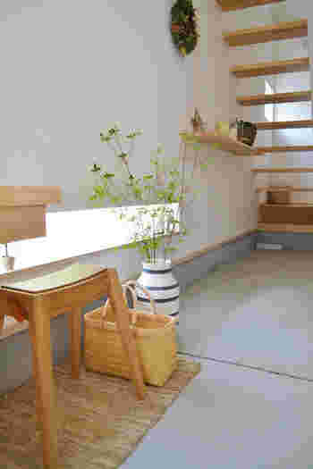 お洒落さんに人気のドウダンツツジ。シンプルなフラワーベースに数本、無造作にざくざくと生けるだけでもボリュームがでるので広い空間に最適。土間やオープンキッチンのカウンターに飾る方も多いようです。