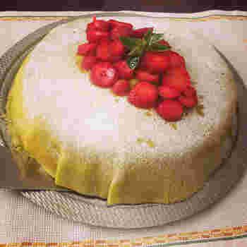 スウェーデンのお祝い事でひっぱりだこのケーキが、こちらの『プリンセスケーキ』。昔王女様が大好きだったことが名前の由来なのだとか。緑がかった表面部分は、マジパンで出来ており、中身はスポンジケーキで出来ています。デコレーションでイチゴがのっていますが、中には果物が一切使われていないため、果物の旬に関係なく1年中購入できるのも人気の理由かもしれませんね。