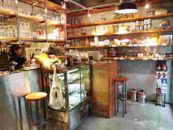 外観と同じく、店内もとってもオシャレ。スタイリッシュな棚には、焼きあがるパンが次々と運ばれてきます。イートインスペースが併設されているので、購入したパンを店内で食べることもできます。