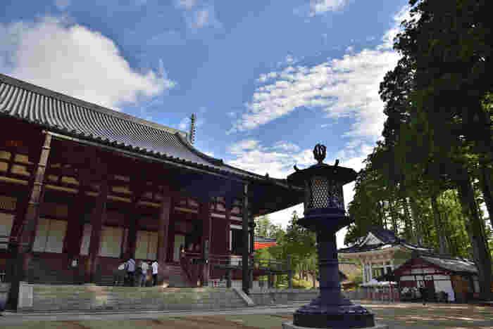 壇上伽藍は、高野山の二大聖地(壇上伽藍と奥の院)の一つで国の史跡、世界遺産となっています。ここは弘法大師が存命中に曼荼羅思想に基づいて根本道場を最初に開いた場所です。「壇上伽藍」という名の通り、ここでは、周囲よりも一段高い台地に数々の寺院建造物が立ち並んでいます。