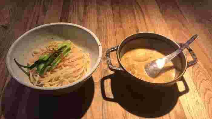 人気の「モツつけ麺」は、全粒粉の麺を使用しや栄養価が高くモチモチした食感。白濁色のスープに、牛モツがたっぷり入っており食べ応えたっぷりの贅沢なスープです。ゆず麺をチョイスすることもできるので、興味のある方はぜひお試しください♪
