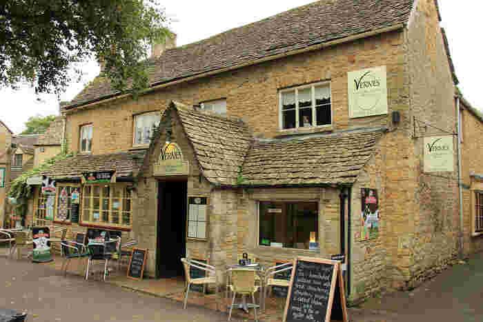 ボートン・オン・ザ・ウォーターは、カフェやB&Bがたくさんあるため、この村を拠点としてコッツウォルズの村巡りをするのもおすすめです。