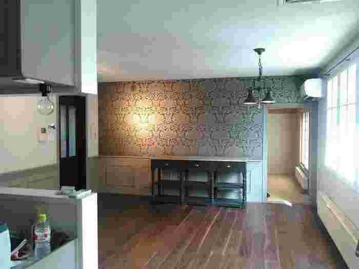 モダンクラシックテイストで品のある雰囲気に。クラシカルな壁紙が棚とマッチしています。