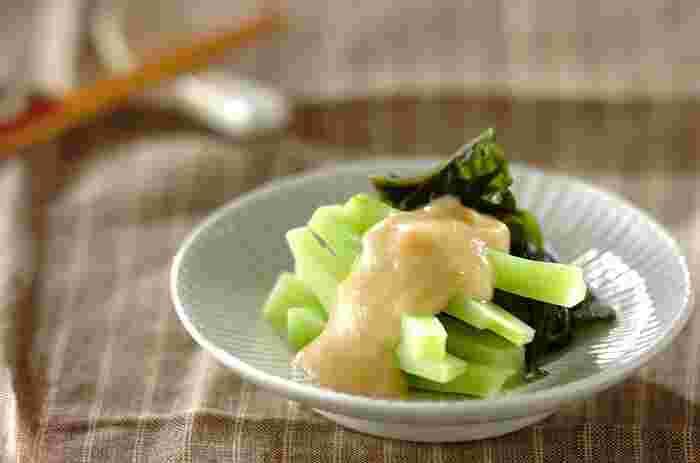 ブロッコリーの茎は、かたい部分の皮を剥けば甘みがあってとっても美味しく食べられますよね。こちらは酢みそと合わせたヌタ仕立て。洋食に使うことが多いブロッコリーも、立派な和食に変身しています。