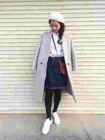 ひざ上丈のスカートは子供っぽくなりがちなので、濃い色の落ち着いたデザインのものを選びましょう。シャツやベレー帽などきちんと感のあるアイテムを合わせるといいでしょう。
