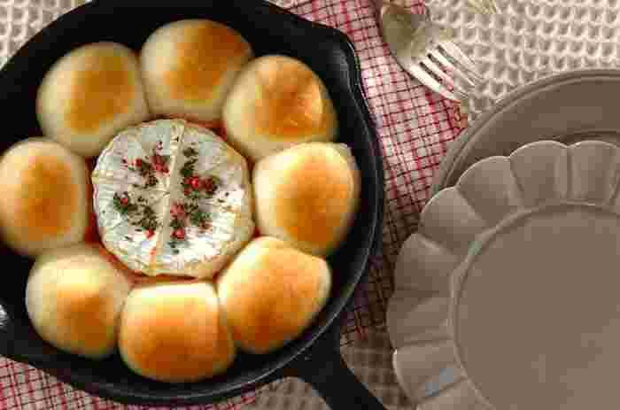 とろ~り溶けたカマンベールチーズとパンを絡めていただく絶品パン。スキレットごとオーブンにINするだけ!