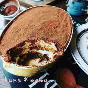 洋酒を使った定番のケーキ「ティラミス」は、カステラやビスケットにコーヒーとラム酒で作った液をたっぷりと染み込ませて、あとは混ぜて冷やすだけ!ココアパウダーのほろ苦さも大人向けです。