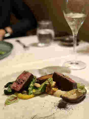 シェフが手がけるお料理は、和のテイストをふんだんに取り入れたイタリアン。「贅沢ランチ」は、前菜とパスタ、メインやデザートのコース仕立て。しっとりとやわらかなお肉に季節のお野菜がたっぷり添えられていて、繊細な味わいを堪能できます。