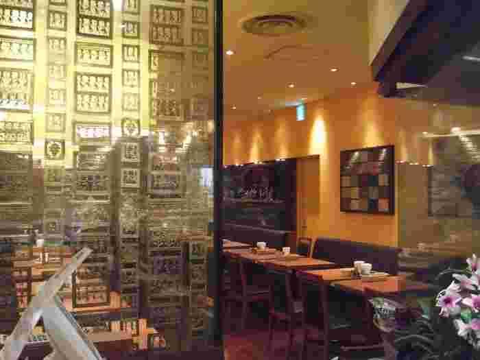 少し落とした照明とダークブラウンのテーブルが大人っぽい空間を演出しています。ハラールメニューやベジタリアンメニューあるので、海外からのお客さんも多いんだとか。