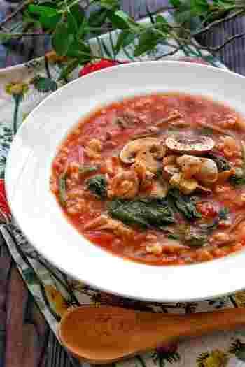 ダイエット中の人にもおすすめのもち麦を使ったスープです。鶏肉や野菜も入って、食べ応えも栄養もバッチリな一品。もち麦を多めに加えればリゾットのように。