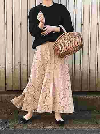 ピンクのレーススカートには、黒バレエシューズ×黒スウェットを合わせると甘くなりすぎなくて◎かごバッグで雰囲気もぐっとアップ!