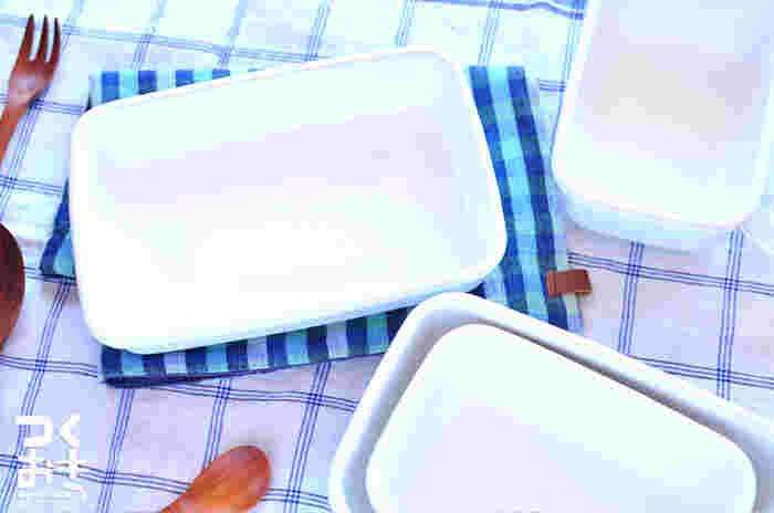 """すっきりとシンプルで清潔感溢れる""""ホーロー製""""の保存容器。色やニオイが付きにくい上に、油汚れも落ち易く、直火やオーブンでも使えるのが特徴。中の食材が見えないので冷蔵庫での収納もすっきり。見た目にオシャレなので、そのまま食卓に出せるのも嬉しいポイントです。"""