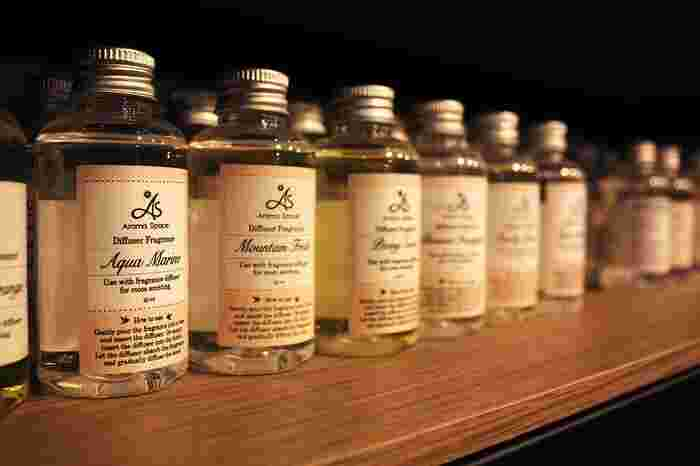 アロマやキャンドル、お香やミストスプレーなどを使って、部屋中を好きな香りで満たしてみましょう。  こころをキリリとリフレッシュさせたいときには、「ローズウッド」「イランイラン」「ラベンダー」などのいわゆるフローラル系と呼ばれる香りや、「ベルガモット」「レモン」などの柑橘系の香りを。