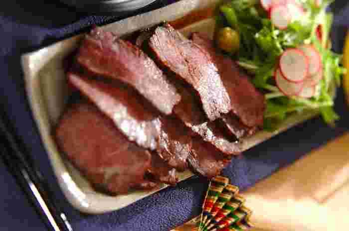 魚焼きグリルの火加減と余熱を上手に利用して作る、絶品の「ローストビーフ」。余熱で火入れをしている間に他の作業もできるので、おもてなしにもおすすめのレシピです。