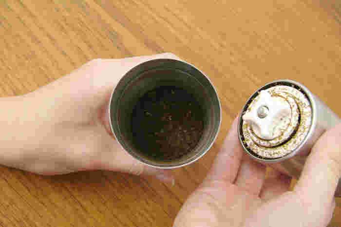 挽き終わった豆は下のボトルに集められます。後はドリッパーにセットしてドリップするだけです。