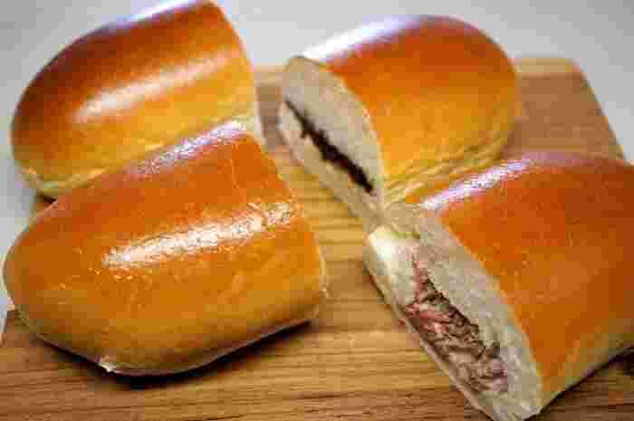 画像奥は「つぶあんマーガリン」で、甘さ控えめなあんこにバターの風味がベストマッチ!おやつ感覚で頂けます。手前の「コンビーフポテト」はちょうどいい配分のコンビーフと、マヨネーズの酸味・マスタードが効いていて絶妙な美味しさ。ボリューミーながらペロリと食べられてしまいます。