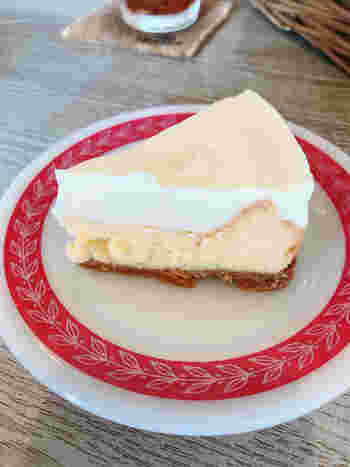 人気の自家製チーズケーキは、サワークリーム、ベイクドチーズにクッキー生地の3層構造。鎌倉散歩の疲れを癒してくれるような、優しい味わいです。