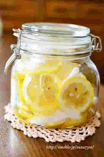 流通が発達した現代では、レモンは一年中手に入るようになりました。夏には爽やかな酸味のシロップ漬けをソーダ割して、冬にはホットレモンで体を温めてと、一年を通して美味しくいただくことができる自家製シロップです。