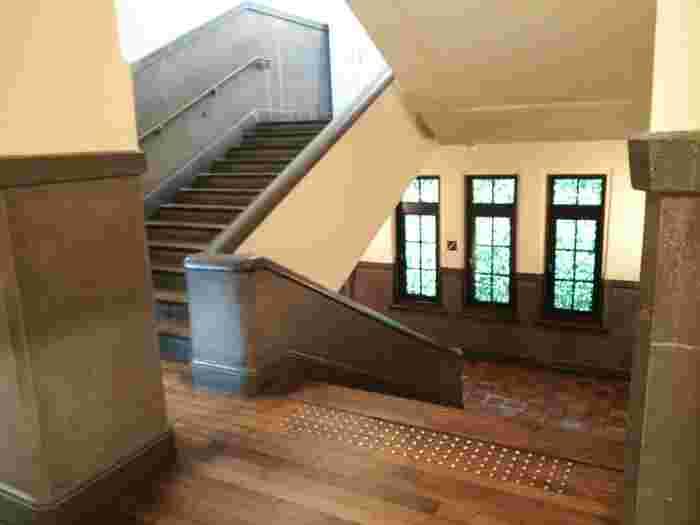 廃校になった元龍池小学校の校舎を改修して再利用した建物なので、階段などに昭和の面影が残っています。  窓辺に揺れる緑の木陰や歩く度にきしむ木床の音も、どこか懐かしい気分を誘います。