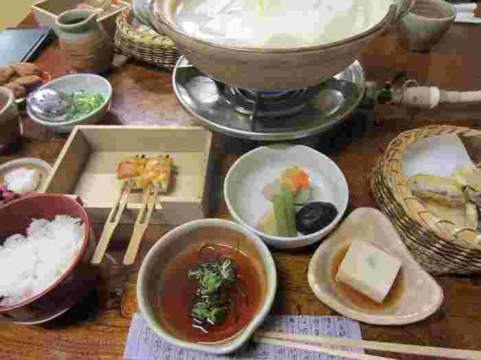 お水にこだわった濃厚で弾ける大豆の味がするお豆腐と、利尻の昆布だしを使った、南禅寺順正の湯豆腐は、滑らかな舌触りが特徴です。