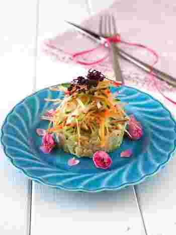 アボカド、カニ缶、玉ねぎ、りんごなどで作るタルタルサラダ。牛乳パックで作った型で抜けば、見た目もより美しく仕上がり、ホームパーティーや持ち寄りにも良いかも。